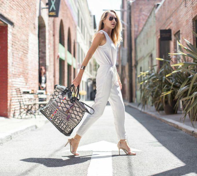 白色连身裤和手提袋